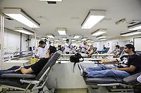 SAO PAULO, SP, 06 ABRIL 2013 - CAMPANHA SANGUE CORINTIANO -  Doadores durante o primeiro dia da 11ª edição da Campanha Sangue Corintiano que acontece entre os dias 06 e 13 de abril, no Hemocentro do Hospital das Clínicas, em São Paulo nesta sábado, 06.  FOTO: WILLIAM VOLCOV / BRAZIL PHOTO PRESS.