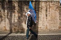 ROMA 23/03/2013 - PIAZZA DEL POPOLO, GLI ELETTORI DEL PDL SCENDO IN PIAZZA IN DIFESA DI SILVIO BERLUSCONI. TANTE LE BANDIERE E CARTELLI  DISTRIBUITE IN PIAZZA E PORTATE E ABBANDONATE IN GIRO PER TUTTA ROMA.  FOTO DI LORETO ADAMO