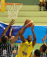 BUCARAMANGA -COLOMBIA, 19-03-2013. Lawrence Gilbert de Búcaros trata de encestar ante el bloqueo de una jugador de Academia durante partido de la fecha 1 fase II de la Liga DirecTV de baloncesto profesional colombiano 2013 disputado en la ciudad de Bucaramanga./  Lawrence Gilbert  of Bucaros  to basket the ball over the block of Academia's player during game of the first date phase II of DirecTV League of professional Basketball of Colombia 2013 at Bucaramanga city. Photo:VizzorImage / Jaime Moreno / STR