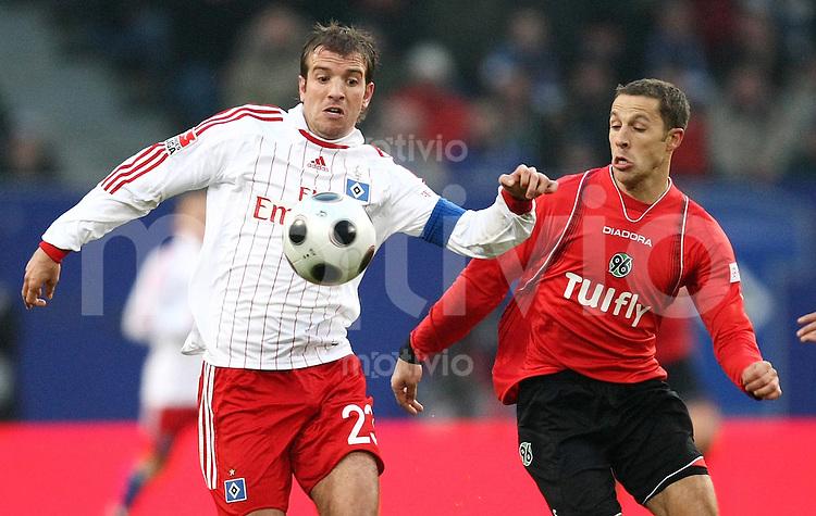 FUSSBALL     1. BUNDESLIGA     SAISON 2007/2008   18. SPIELTAG Hamburger SV - Hannover 96    02.02.2008 Rafael VAN DER VAART (li, Hamburg) gegen Steven CHERUNDOLO (re, Hannover)
