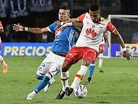 BOGOTA - COLOMBIA, 13-12-2017: Ayron del Valle (Izq) jugador de Millonarios disputa el balón con William Tesillo (Der) jugador de Independiente Santa Fe durante partido por la final ida de la Liga Aguila II 2017 jugado en el estadio Nemesio Camacho El Campin de la ciudad de Bogotá. / Ayron del Valle (L) player of Millonarios fights for the ball with William Tesillo (R) player of Independiente Santa Fe during first leg match for the final of the Liga Aguila II 2017 played at the Nemesio Camacho El Campin Stadium in Bogota city. Photo: VizzorImage / Gabriel Aponte / Staff.