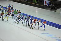 SCHAATSEN: HEERENVEEN: 25-10-2014, IJsstadion Thialf, Marathonschaatsen, KPN Marathon Cup 2, Foske Tamar van der Wal (#90) op kop van het peloton, ©foto Martin de Jong