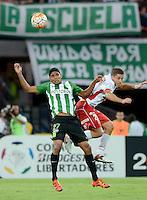 MEDELLÍN -COLOMBIA-19-04-2016. Luis C Ruiz (Izq) jugador de Atlético Nacional de Colombia disputa el balón con Martin Nervo (Der) jugador de Huracan de Argentina durante partido por la fecha 6, G4, de la Copa Bridgestone Libertadores 2016 jugado en el estadio Atanasio Girardot de la ciudad de Medellín. / Luis C Ruiz (L) player of Atletico Nacional of Colombia fights for the ball with Martin Nervo (R) player of Huracan of Uruguay during a match for the date 6, G4, of the Copa Bridgestone Libertadores 2016 played at Atanasio Girardot stadium in Medellin city. Photo: VizzorImage/ León Monsalve /Str