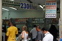 ATENCAO EDITOR IMAGEM EMBARGADA PARA VEICULOS INTERNACIONAIS -  SAO PAULO, SP, 28 DEZEMBRO 2012 - ECOMONIA - MEGA SENA DA VIRADA - Movimentacao de apostadores na tarde desta sexta-feira(28) na Rua Sao Bento na regiao central de Sao Paulo. A Mega Sena da Virada vai sortear um premio de 230 milhões de reais, é o maior premio já oferecido pela Mega Sena.(FOTO: AMAURI NEHN / BRAZIL PHOTO PRESS).