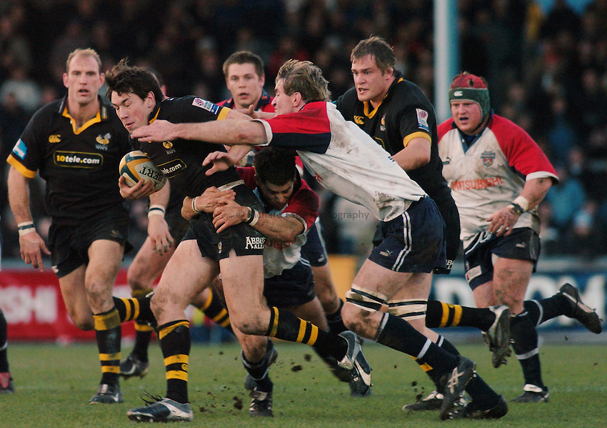 Photo. Glyn Thomas. .Bristol Shoguns v London Wasps. .Powergen Cup, Sixth Round. 19/12/2004..Wasps' Tom Voyce (L) is tackled by Jim Brownrigg.