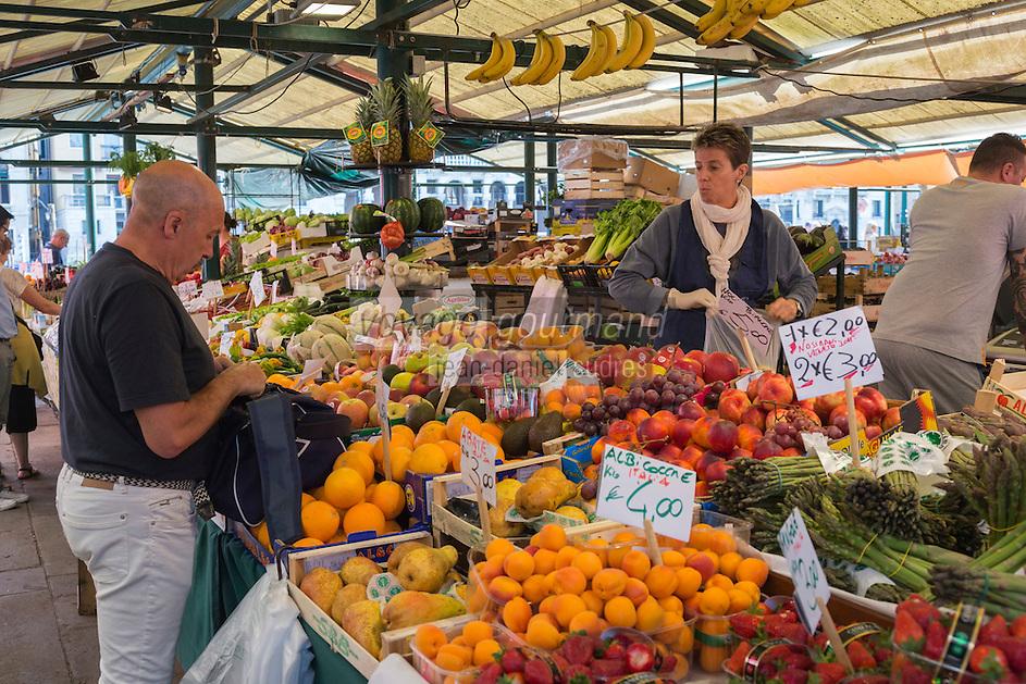 Italie, Vénétie, Venise:  Marché du Rialto, sestiere de San Polo -  marché de l'Erbaria: marché aux fruits et légumes.  // Italy, Veneto, Venice:  Rialto market, San Polo sestiere