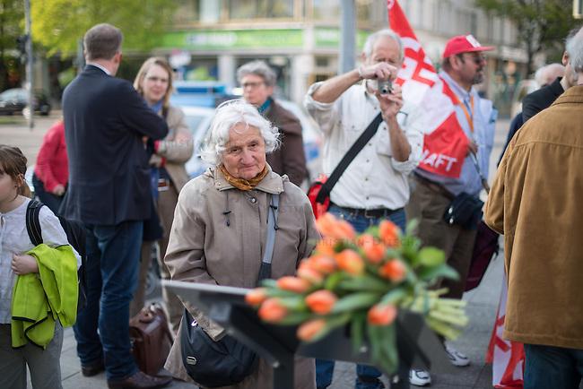 Am Freitag den 24. April 2015 wurde in Berlin-Charlottenburg in der Uhlandstrasse eine Gedenktafel fuer einen unbekannten Kriegsdeserteur eingeweiht, der am 24. April 70 Jahre zuvor in den letzten Kriegstagen von der SS wegen Fahnenflucht ermordet wurde. Die SS hatte den 17jaehrigen aus einem Keller geholt und an einer Laterne aufgehaengt. Zur &quot;Abschreckung&quot; wurde seine Leiche mit einem Schild &quot;Ich war zu feige, fuer Deutschland zu kaempfen&quot; mehrere Tage haengen gelassen.<br /> Ein erster Versuch eine Gedenktafel zum 60. Jahrestages des Kriegsendes 1995 zu errichten scheiterte am Widerstand der Behoerden. Die Aufstellung dieser Gedenktafel hat zwei Jahre gedauert.<br /> 24.4.2015, Berlin<br /> Copyright: Christian-Ditsch.de<br /> [Inhaltsveraendernde Manipulation des Fotos nur nach ausdruecklicher Genehmigung des Fotografen. Vereinbarungen ueber Abtretung von Persoenlichkeitsrechten/Model Release der abgebildeten Person/Personen liegen nicht vor. NO MODEL RELEASE! Nur fuer Redaktionelle Zwecke. Don't publish without copyright Christian-Ditsch.de, Veroeffentlichung nur mit Fotografennennung, sowie gegen Honorar, MwSt. und Beleg. Konto: I N G - D i B a, IBAN DE58500105175400192269, BIC INGDDEFFXXX, Kontakt: post@christian-ditsch.de<br /> Bei der Bearbeitung der Dateiinformationen darf die Urheberkennzeichnung in den EXIF- und  IPTC-Daten nicht entfernt werden, diese sind in digitalen Medien nach &sect;95c UrhG rechtlich geschuetzt. Der Urhebervermerk wird gemaess &sect;13 UrhG verlangt.]
