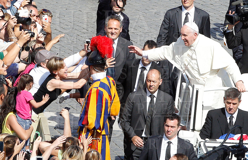 Papa Francesco saluta i fedeli al termine dell'incontro internazionale con gli anziani e i nonni, in Piazza San Pietro, Citta' del Vaticano, 28 settembre 2014.<br /> Pope Francis waves to faithful a mass on the occasion of the international meeting with elderly and grandparents in St. Peter's square at the Vatican, 28 September 2014.<br /> UPDATE IMAGES PRESS/Riccardo De Luca<br /> <br /> STRICTLY ONLY FOR EDITORIAL USE