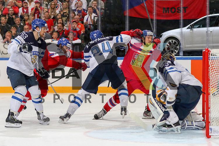 Finnlands Kemppainen, Joonas (Nr.24)(Karpat Oulu) verteidigt Finnlands Rinne, Pekka (Nr.35)(Nashville Predators) und sein Tor im Spiel IIHF WC15 Czech Republic vs. Finland.<br /> <br /> Foto &copy; P-I-X.org *** Foto ist honorarpflichtig! *** Auf Anfrage in hoeherer Qualitaet/Aufloesung. Belegexemplar erbeten. Veroeffentlichung ausschliesslich fuer journalistisch-publizistische Zwecke. For editorial use only.