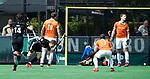 BLOEMENDAAL   - Hockey -  Jan Willem Buissant brengt de stand op 0-2. rechts Mats de Groot (Bldaal).  3e en beslissende  wedstrijd halve finale Play Offs heren. Bloemendaal-Amsterdam (0-3).     Amsterdam plaats zich voor de finale.  COPYRIGHT KOEN SUYK