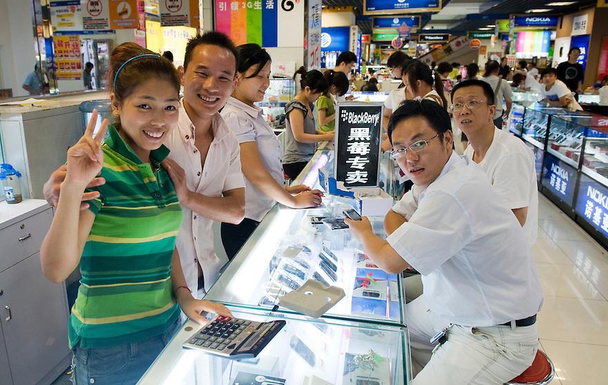 China, Shanghai, 30 aug 2010.Winkel voor mobiele telefoons. Ook de chinezen zijn gek van de moderne telefoontoestellen..Foto (c) Michiel Wijnbergh..