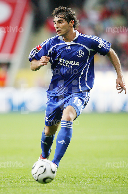 Fussball  1. Bundesliga  Saison 2006/2007 Halil ALTINTOP (FC Schalke 04), Einzelaktion am Ball