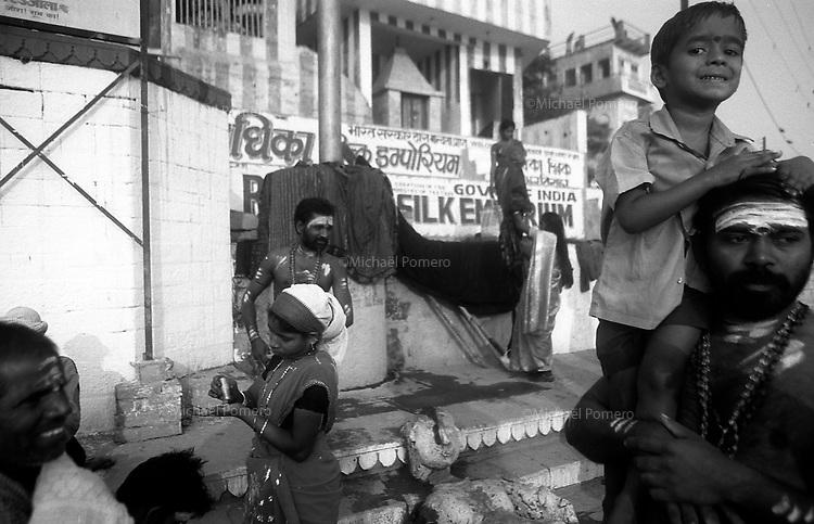 12.2010 Varanasi (Uttar Pradesh)<br /> <br /> Pilgrims from south india in the ghat for the daily bath in Ganga.<br /> <br /> P&egrave;lerins du sud de l'Inde sur le ghat  pour le bain sacr&eacute; du matin dans le Gange.