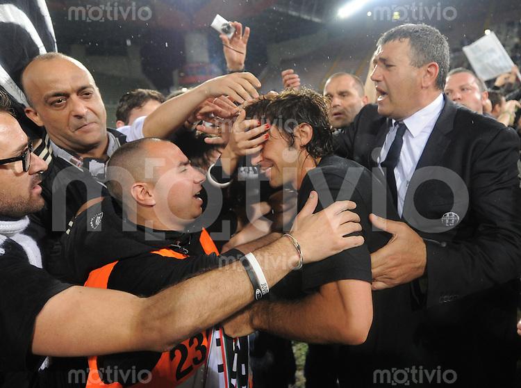 FUSSBALL INTERNATIONAL  SERIE A  SAISON  2011/2012  37.Spieltag  Cagliari Calcio - Juventus Turin  06.05.2012 Andrea Pirlo (Mitte) jubelt nach dem Spiel mit den Fans ueber den Sieg