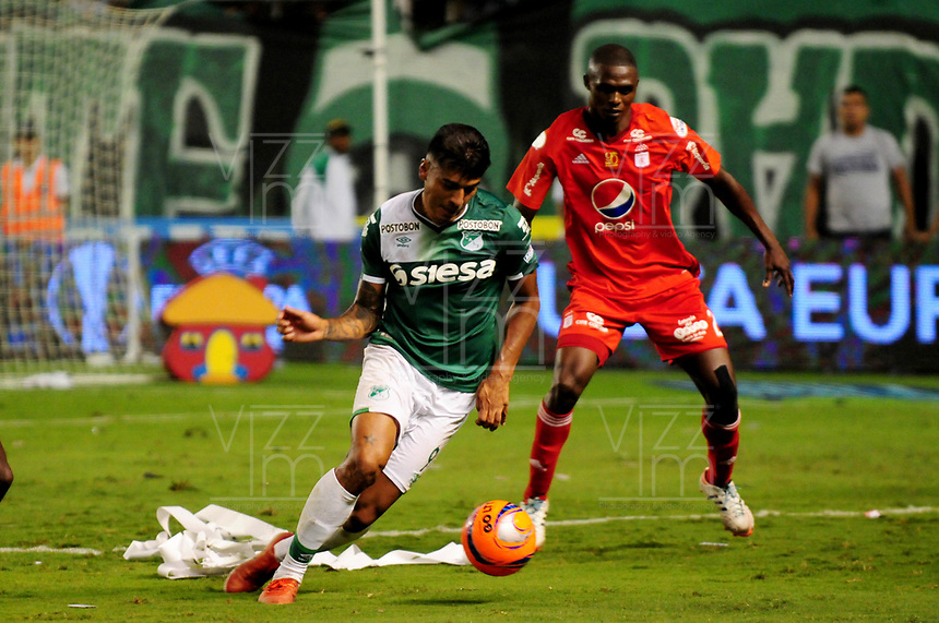 CALI - COLOMBIA -19-03-2017: Jefferson Duque (Izq.) jugador de Deportivo Cali disputa el balón con Efrain Cortes (Der.) jugador de America, durante partido de la fecha 10 entre Deportivo Cali y America de Cali, por la Liga Aguila I-2017, jugado en el estadio Deportivo Cali (Palmaseca)  de la ciudad de Cali. / Jefferson Duque (L) player of Deportivo Cali vies for the ball with Efrain Cortes (R) player of America, during a match of the date 10 between Deportivo Cali and America de Cali, for the Liga Aguila I-2017 at the Deportivo Cali (Palmaseca) stadium in Cali city. Photo: VizzorImage  / Nelson Rios / Cont.