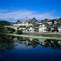 France, Limousin, Argentat: Village on banks of River Dordogne | Frankreich, Limousin, Argentat: Staedtchen am Ufer der Dordogne