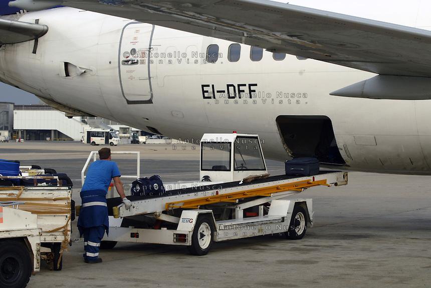 Carico dei bagagli su un aereo