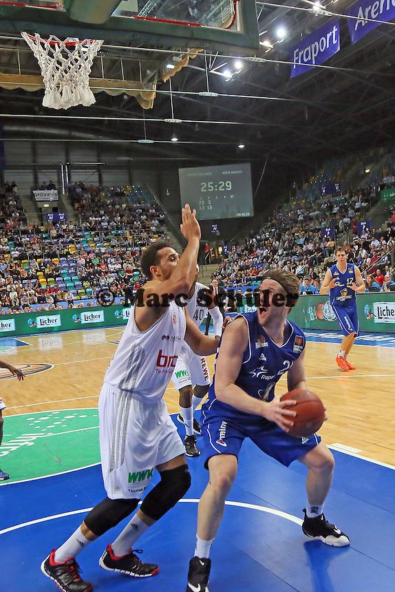 Jacob Burtschi (Skyliners) gegen Elias Harris (Bamberg) - Fraport Skyliners vs. Brose Baskets Bamberg, Fraport Arena Frankfurt