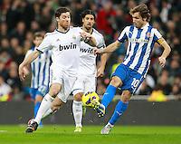 ATENCAO EDITOR IMAGEM EMBARGADA PARA VEICULOS INTERNACIONAIS - MADRI, ESPANHA, 16 DEZEMBRO 2012 - CAMP. ESPANHOL - REAL MADRID - ESPANYOL - Xabi Alonso (E) jogador do Real Madrid disputa bola com Joan Verdu do Espanyol pela 16 rodada do Campeonato Espanhol, no Estadio Santiago Bernabeu em Madri, capital da Espanha. A partida terminou 2 a 2. (FOTO: CESAR CEBOLLA / ALFAQUI / BRAZIL PHOTO PRESS).