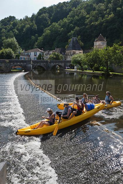 Europe/France/Aquitaine/24/Dordogne/Brantome: Canoé sur les bords de la Dronne en fond le pont avec le Pavillon Renaissance et le Moulin de l'Abbaye