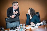 Bundesinnenminister Thomas de Maiziere (CDU) und Bundesarbeitsministerin Andrea Nahles (SPD) unterhalten sich am Mittwoch (11.03.15) in Berlin im Bundeskanzleramt vor Beginn der Kabinettssitzung.<br /> Foto: Axel Schmidt/CommonLens