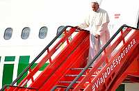 BOGOTÁ - COLOMBIA, 06-09-2017:  El Papa Francisco baja del avión a su llegada a Bogotá, Colombia. El Papa Francisco realiza la visita apostólica a Colombia entre el 6 y el 11 de septiembre de 2017 llevando su mensaje de paz y reconciliación por 4 ciudades: Bogotá, Villavicencio, Medellín y Cartagena. / The Pope descends from the aircraft at his upon arrival to Bogotá, Colombia. Pope Francisco makes the apostolic visit to Colombia between September 6 and 11, 2017, bringing his message of peace and reconciliation to 4 cities: Bogota, Villavicencio, Medellin and Cartagena Photo: VizzorImage / Cristian Alvarez / Cont