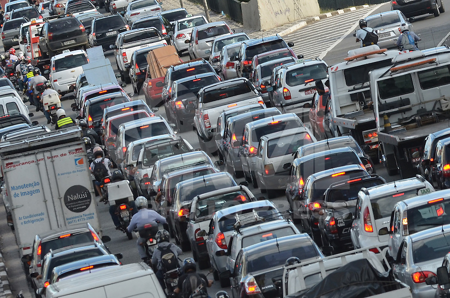 SAO PAULO, 12 DE MARCO DE 2013 - TRANSITO SP - Transito intenso na Radial Leste, saida do tunel da Consolacao, regiao central da capital, na tarde desta terca feira, 12. (FOTO: ALEXANDRE MOREIRA / BRAZIL PHOTO PRESS)
