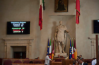 Roma, 11  Luglio 2012.Consiglio comunale in Campidoglio nell'aula Giulio Cesare per  la discussione sulla  cessione del 21% della controllata Acea, l'azienda che si occupa di acqua e servizi. Il voto