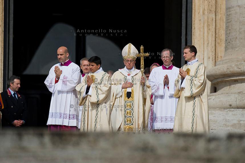Papa Francesco arriva sul sagrato di Piazza San Pietro per la celebrazione della Santa Messa.