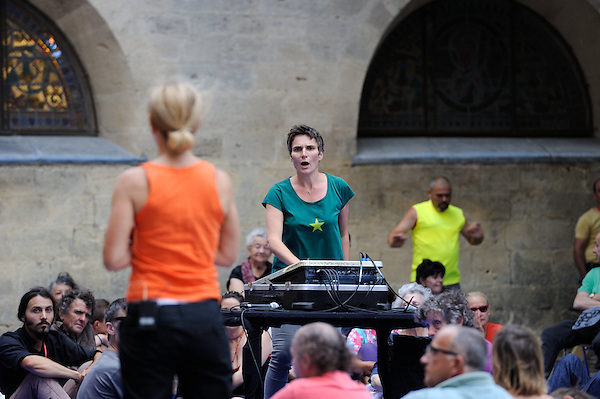 LE COEUR DU SON<br /> <br /> Conception : Maguelone Vidal<br /> Chorégraphie : Fabrice Ramalingom<br /> Assistante : Ghyslaine Gau<br /> Ingénieur du son : Emmanuel Duchemin<br /> Avec les participants (patients et personnel soignant) aux ateliers Culture à l'hôpital<br /> cadre : festival Uzes danse 2014<br /> Ville : Uzes<br /> Date : 13/06/2014