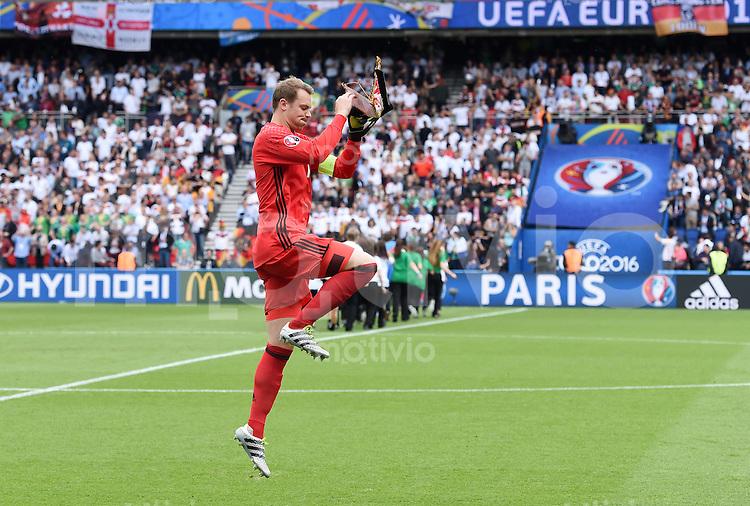 FUSSBALL EURO 2016 GRUPPE C in Paris Nordirland - Deutschland     21.06.2016 Torwart Manuel Neuer (Deutschland) vor dem Teambild