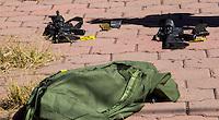 San Juan del Río, Qro. 11 marzo 2014.- Mediante una llamada anonima a la central de la PF Querétaro fueron alertados los elementos de la Policía Federal en el sentido de que se encontraba una maleta con armas largas tiradas en el acceso al Centro Expositor de San Juan del Río. <br /> <br /> Entre unos matorrales y a 10 metros de la carretera San Juan del Río- Xilitla a la altura del kilómetro 7 fue abandonada la maleta con las armas robadas el fin de semana pasado a elementos de la misma corporación.<br /> <br /> Tras un sinfin de versiones alrededor de este robo, finalmente se recuperaron las armas largas.<br /> <br /> Peritos de la Federal Ministerial realizaron el levantamiento y corroboraron mediante los números de serie de las armas que, efectivamente eran los rifles de asalto robados en Tequisquiapan. Foto TETÉ/OBTURE PRESS AGENCY;