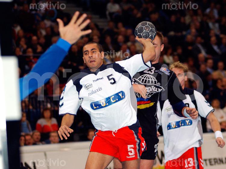 Handball Maenner 1. Bundesliga 2002/2003 Color Line Arena Hamburg (Germany) HSV Hamburg - SG Wallau-Massenheim (23:26) Mustapha Taj (HSV) zieht ab.