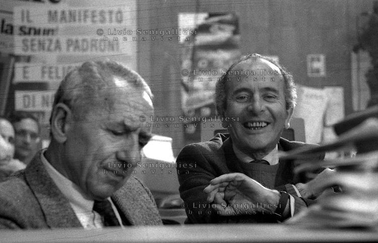 Roma 1990.Redazione quotidiano il Manifesto..Nella foto Luigi Pintor e Valentino Parlato..Foto Livio Senigalliesi