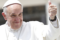 Papa Francesco saluta i fedeli al termine dell'udienza generale del mercoledi' in Piazza San Pietro, Citta' del Vaticano, 29 maggio 2013..Pope Francis gives his thumb up aimed to faithful at the end of his weekly general audience in St. Peter's square at the Vatican, 29 May 2013..UPDATE IMAGES PRESS/Riccardo De Luca..STRICTLY ONLY FOR EDITORIAL USE