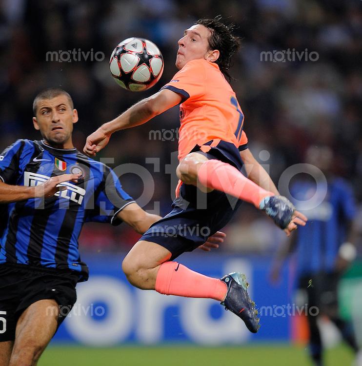 FUSSBALL  International  Champions League  SAISON 2009/2010   16.09.2009 Inter Mailand - FC Barcelona  Lionel Messi (re, Barca) gegen Walter Samuel (Inter)