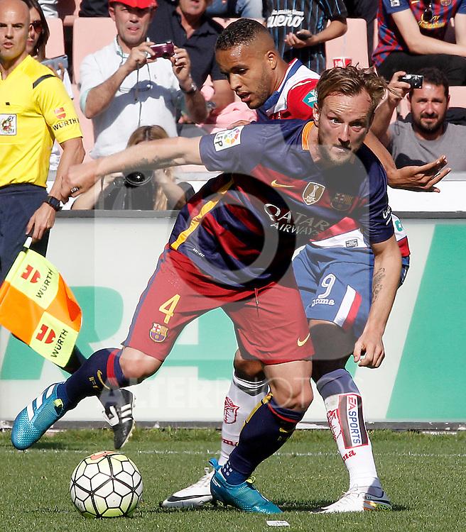Granada's Youssef El Arabi (r) and FC Barcelona's Ivan Rakitic during La Liga match. May 14,2016. (ALTERPHOTOS/Acero)