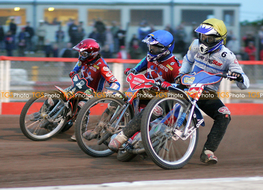 Arena Essex Hammers vs Ipswich Witches - Skybet Elite League 'A' - 18/05/05 - Heat 10 - Ipswich's Robert Miskowiak takes the inside line against Arena riders Gary Havelock (red) and Paul Hurry (blue) - (Gavin Ellis 2005)