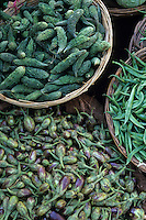 Asie/Inde/Rajasthan/Udaipur: Marché Mandi - Détail étal de légumes - Mini aubergines et bitter melon