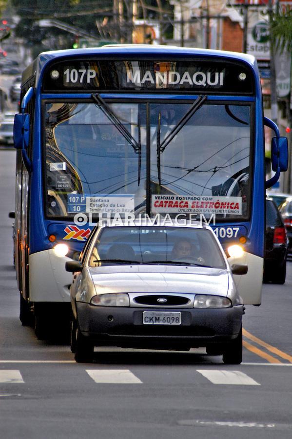 Onibus e carros na Rua Augusta. São Paulo. 2004. Foto de Juca Martins.