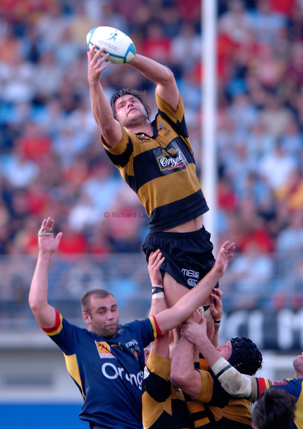 Photo: Richard Lane..Perpignan v London Wasps. Heineken Cup. 28/10/2006. .Wasps' Tom Palmer wins a lineout.