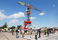 Nederland Amsterdam 2015 07 31. Amsterdam Kookt festival op de NDSM Werf. Amsterdam Kookt is een festival met foodtrucks en muziek. Op de achtergrond het Feralda Kraanhotel
