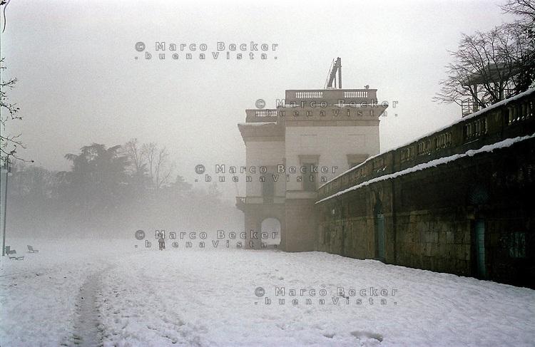 Gennaio 2009, nevicata su Milano. L'Arena Civica al Parco Sempione --- January 2009, snowfall in Milan. Arena Civica at Sempione Park