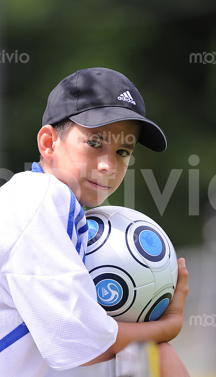 Fussball International FIFA 71. Blue Stars / FIFA Youth Cup   21.05.2009 Balljunge mit Adidas Temgeit Ball