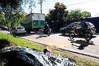 ATENÇÃO EDITOR: FOTO EMBARGADA PARA VEÍCULOS INTERNACIONAIS. - SAO PAULO)20 de dezembro 2012.(ACIDENTE MOTO X CARRO) Um motociclista morreu apos bater a moto em um carro na Marginal Pinheiros proximo a ponte Joao Dias sentido Castelo Branco segundo o motorista do carro a moto veio pela contra mao. ADRIANO LIMA / BRAZIL PHOTO PRESS).