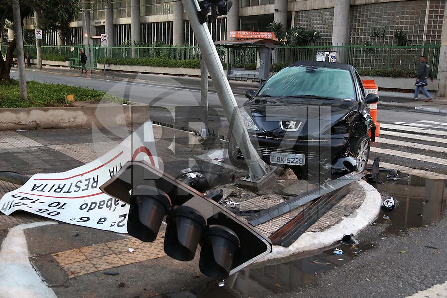 SÃO PAULO, SP, 2012/06/02, ACIDENTE AV PAULISTA.<br /> Na madrugada desse Sabado (02) um veiculo perdeu a direção e bateu contra um poste, derrubando um semáforo e placas de sinalização, o acidente aconteceu na Av. Paulista com a Rua da Consolação.<br /> Não há informação sobre vitimas.<br /> Luiz Guarnieri/ Brazil Photo Press