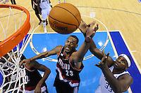LWS24. DALLAS (TX, EE.UU.), 25/04/2011.- El jugador de Trail Blazers Marcus Camby (c) disputa un rebote con Brendan Haywood (d), de Mavericks, hoy, lunes 25 de abril de 2011, durante la segunda mitad del partido por los cuartos de final de la Conferencia Oeste de la NBA en el American Airlines Center de Dallas, Texas (EE.UU.). El ganador de la serie de siete juegos se enfrentará al ganador de la llave entre Lakers de Los Ángeles y Hornets de Nueva Orleans. EFE/Larry W. Smith/PROHIBIDO SU USO EN CORBIS.