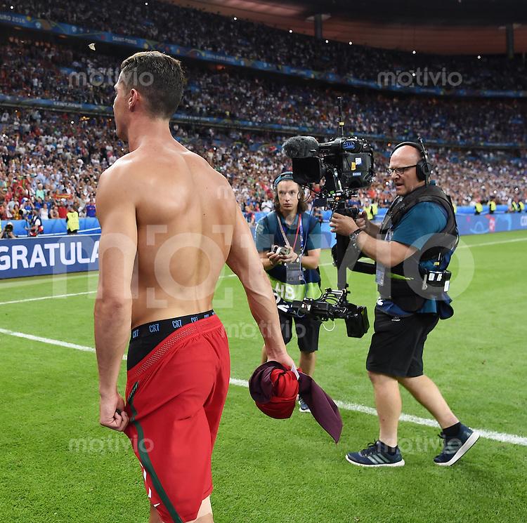 FUSSBALL EURO 2016 FINALE IN PARIS  Portugal - Frankreich     10.07.2016 Cristiano Ronaldo (Portugal) macht mit nacktem Oberkoerper nach dem Spiel in der Fankurve Werbung fuer seine Unterwaesche-Kollektion CR7