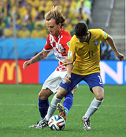 SAO PAULO - BRASIL -12-06-2014. Oscar  (Der) jugador de Brasil disputa el balon con Ivan Rakitic (Izq) de Croacia en partido del Grupo A de la fase inicial jugado en el estadio Arena Corinthians en Sao Paulo por la Copa Mundial de la FIFA Brasil 2014./ Oscar (R) player of Brazil fights the ball with Ivan Rakitic  (L) player of Croatia during the match of Group A of the initial phaseplayed at Arena Corinthians in Sao Paulo for the 2014 FIFA World Cup Brazil. Photo: VizzorImage / Alfredo Gutierrez / Contribuidor