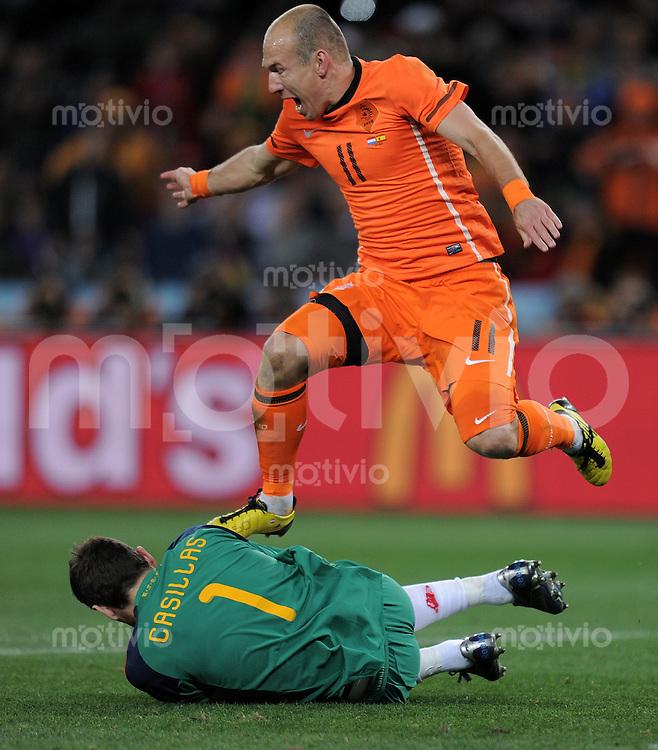 FUSSBALL WM 2010  FINALE   11.07.2010 Holland - Spanien Arjen ROBBEN (oben, Holland) scheitert an Torwart Iker CASILLAS (Spanien)